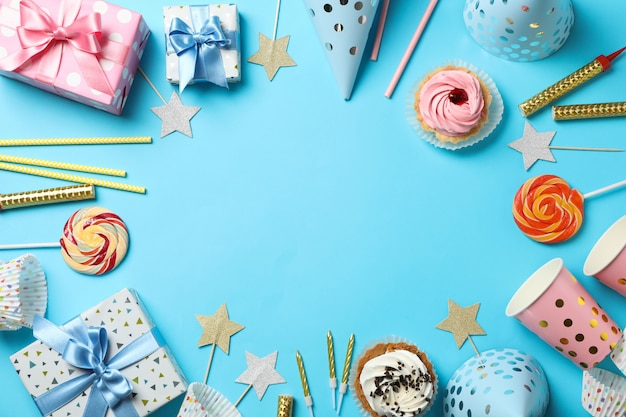 Samenstelling met geschenkdozen en verjaardag accessoires op blauwe achtergrond, ruimte voor tekst