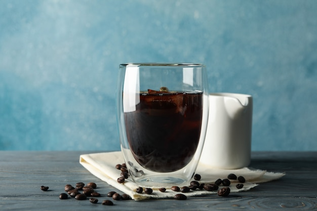 Samenstelling met glas ijskoffie op houten