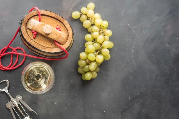 Samenstelling met glazen en flessen verschillende wijn op houten lijst