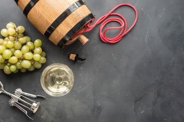 Samenstelling met glazen en flessen verschillende wijn op houten tafel