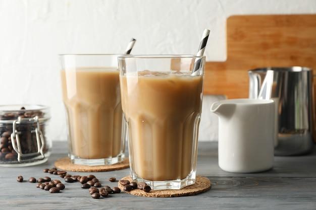 Samenstelling met glazen ijskoffie op houten