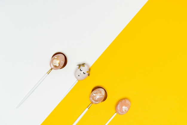 Samenstelling met gouden versierde eieren op lepels