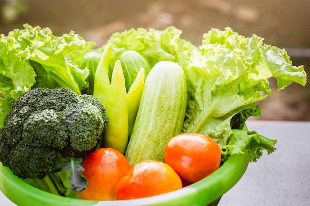 Samenstelling met groenten in bekken.