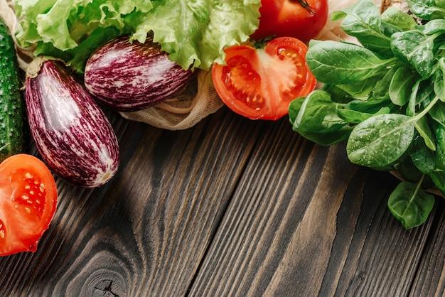 Samenstelling met groenten op een houten close-up als achtergrond met selectieve nadruk.