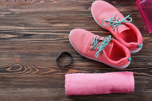 Samenstelling met handdoek en sportuitrusting op houten