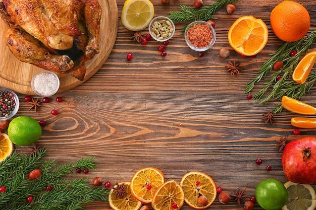 Samenstelling met hele geroosterde kalkoen en sommige producten op houten oppervlak