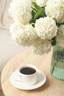 Samenstelling met hortensia bloemen binnen. lente plant