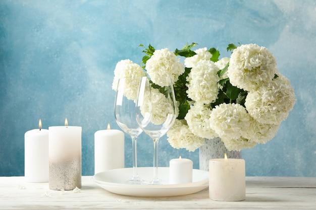 Samenstelling met hortensia bloemen tegen blauwe ruimte. romantische avond