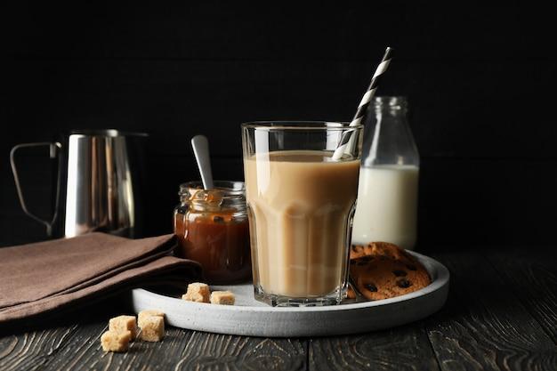 Samenstelling met ijskoffie en koekjes op houten achtergrond