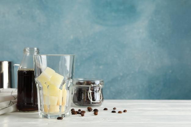 Samenstelling met ijskoffie op witte houten achtergrond