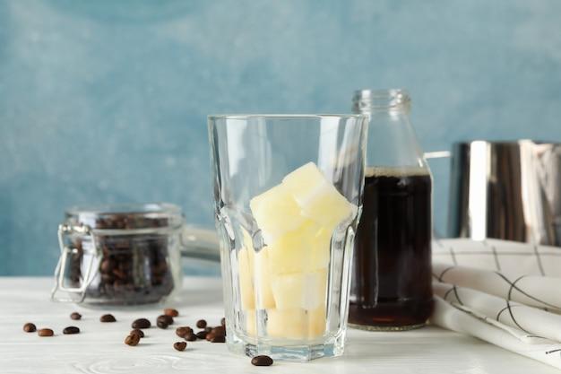 Samenstelling met ijskoffie op witte houten