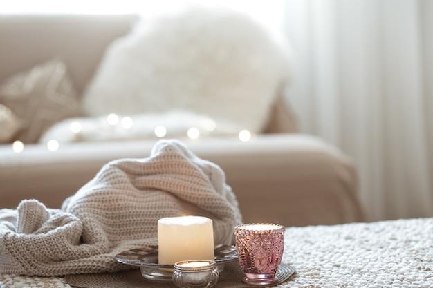 Samenstelling met kaarsen op tafel in de woonkamer