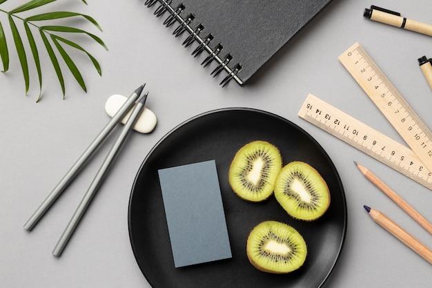 Samenstelling met kantoorbehoeftenelementen op grijs