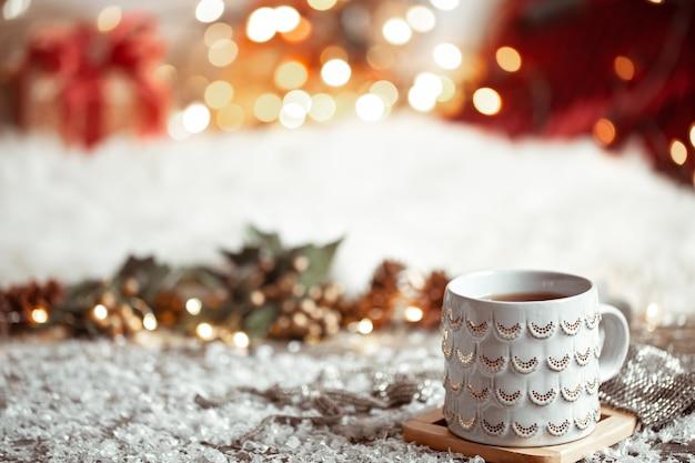 Samenstelling met kerstbeker met warme drank