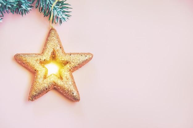 Samenstelling met kerstmisdecoratie op roze achtergrond voor groetkaart