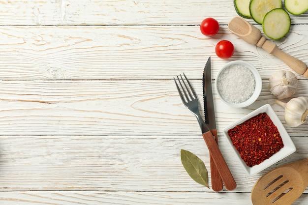 Samenstelling met keukenbestek en ingrediënten bovenaanzicht