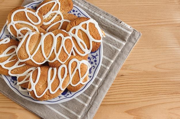 Samenstelling met koekjes op een houten tafel met suiker en theelepel
