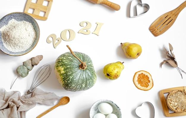 Samenstelling met kookproducten en keukenaccessoires op een witte tafel. het concept van het koken van een feestelijke maaltijd.