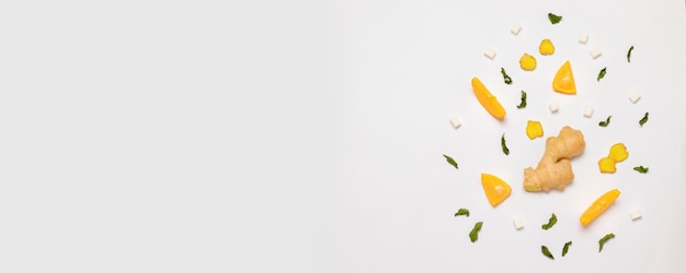 Samenstelling met kopje thee, verse sinaasappel, munt en suiker