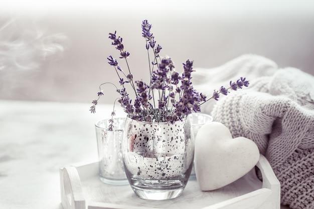Samenstelling met lavendel in een glas