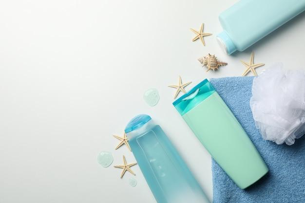Samenstelling met lege kosmetische flessen en zeesterren op witte achtergrond