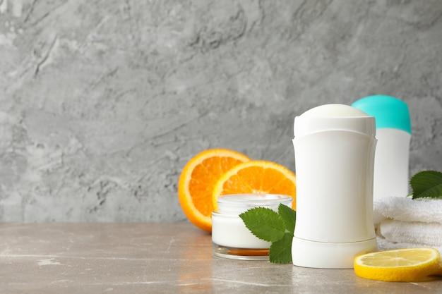 Samenstelling met lichaamsdeodorants op grijze achtergrond, ruimte voor tekst
