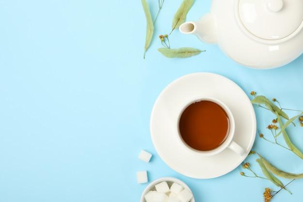 Samenstelling met linde thee op blauw, bovenaanzicht. natuurlijke thee