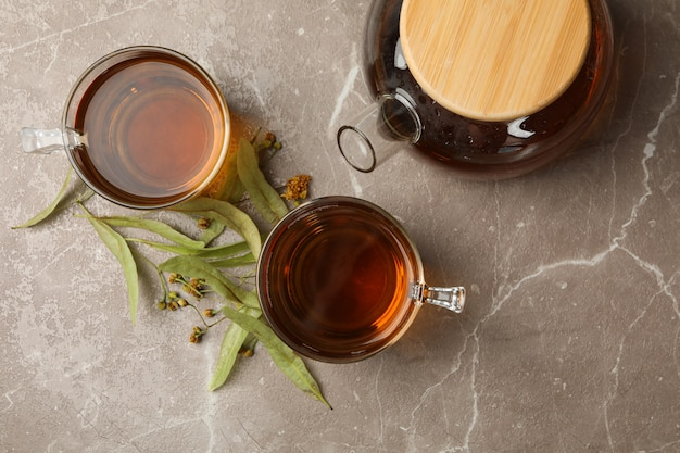 Samenstelling met linde thee op grijs, bovenaanzicht. natuurlijke thee