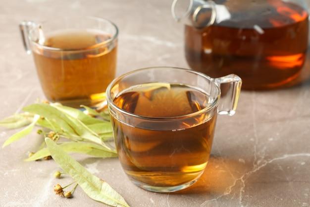 Samenstelling met linde thee op grijs, close-up. natuurlijke thee