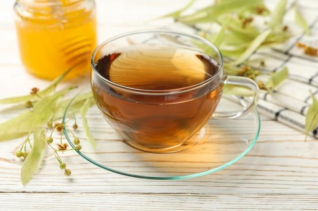 Samenstelling met linde thee op houten, close-up. natuurlijke thee