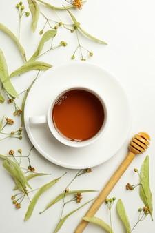 Samenstelling met linde thee op wit, bovenaanzicht. natuurlijke thee