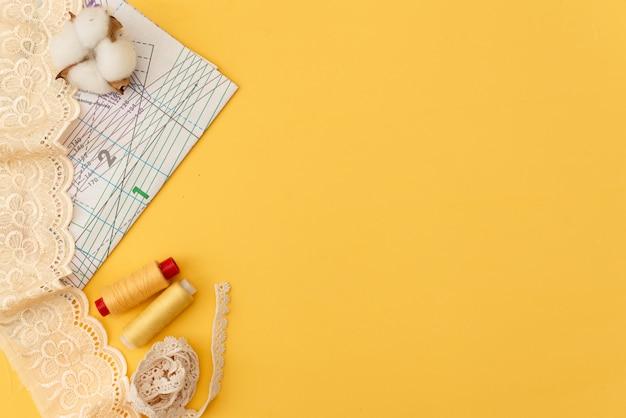 Samenstelling met naaiende draden en toebehoren op witte achtergrond, hoogste mening