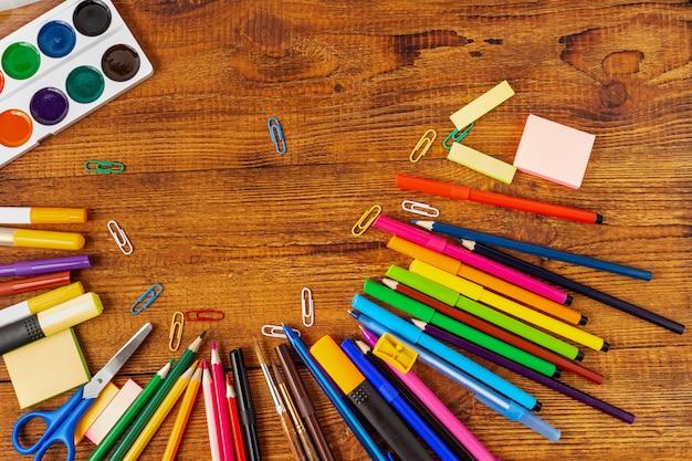 Samenstelling met notitieboekje blanco pagina kleurrijk potlood, tellers en penmodel terug naar schoolconcept