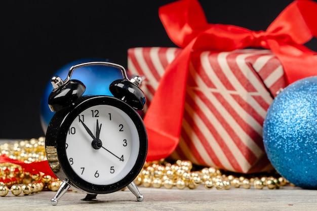 Samenstelling met retro wekker en kerstdecoratie