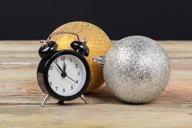 Samenstelling met retro wekker en kerstmisdecoratie