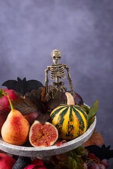 Samenstelling met seizoensgebonden herfstfruit. elegant halloween of thanksgiving-concept