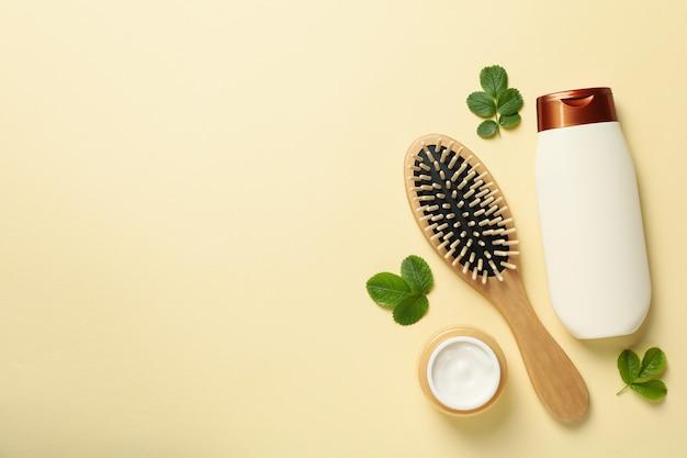 Samenstelling met shampoofles op beige achtergrond, ruimte voor tekst