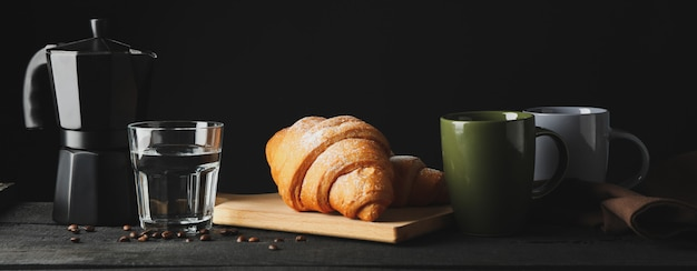 Samenstelling met smakelijke croissant op houten tafel, ruimte voor tekst
