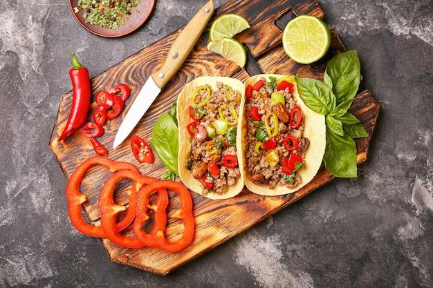 Samenstelling met smakelijke verse taco's op grungeachtergrond