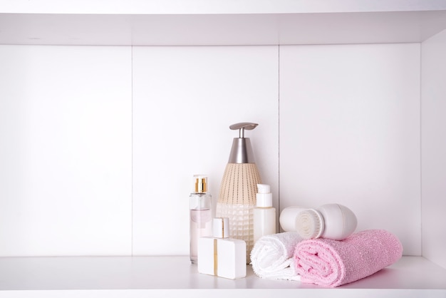 Samenstelling met spa cosmetica, kaarsen en penseel voor gezicht, geïsoleerd op wit