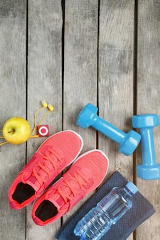Samenstelling met sportschoenen op houten achtergrond