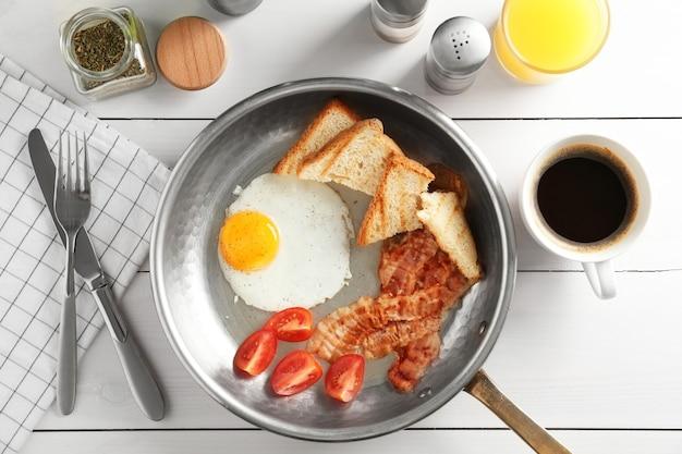 Samenstelling met traditioneel engels ontbijt op tafel
