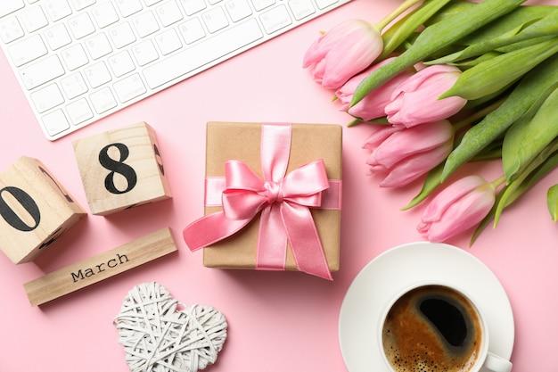 Samenstelling met tulpen en cadeau op roze, bovenaanzicht
