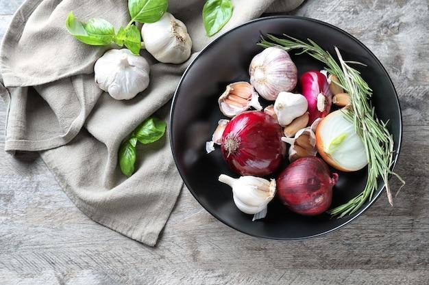Samenstelling met uien, knoflook en kruiden op houten