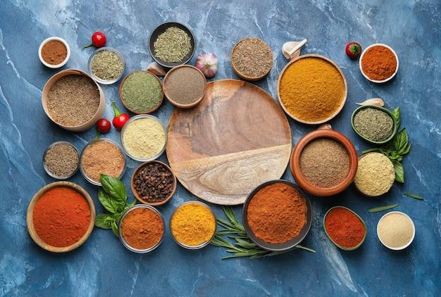Samenstelling met verschillende kruiden op kleurenachtergrond