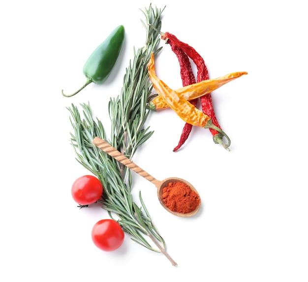 Samenstelling met verse groenten, rozemarijn en kruiden op wit