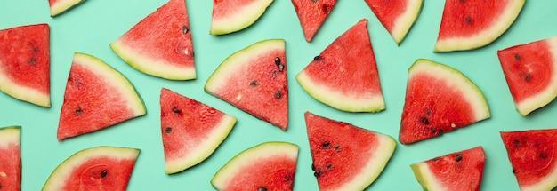 Samenstelling met verse watermeloen segmenten op mint, bovenaanzicht