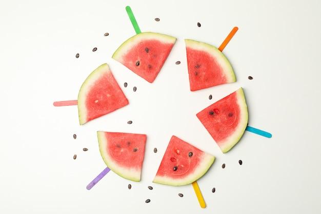 Samenstelling met verse watermeloen segmenten op wit, bovenaanzicht