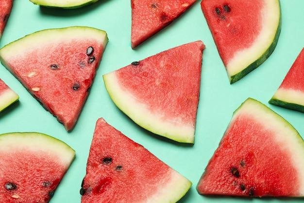Samenstelling met verse watermeloenplakken op munt, bovenaanzicht