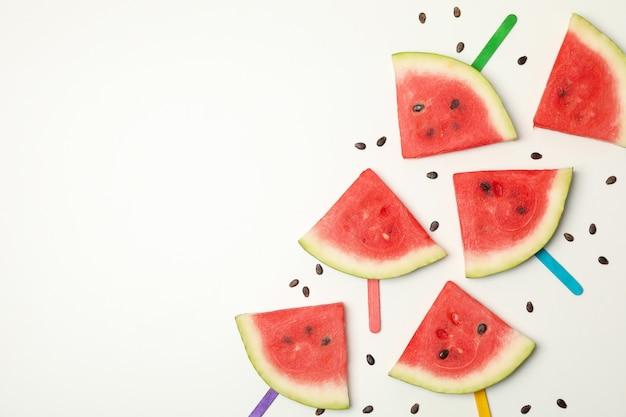 Samenstelling met verse watermeloenplakken op wit